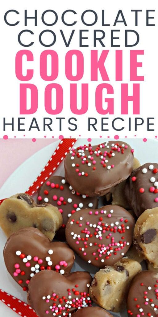 corações de massa de cookie de chocolate com cobertura de chocolate com sobreposição de texto.