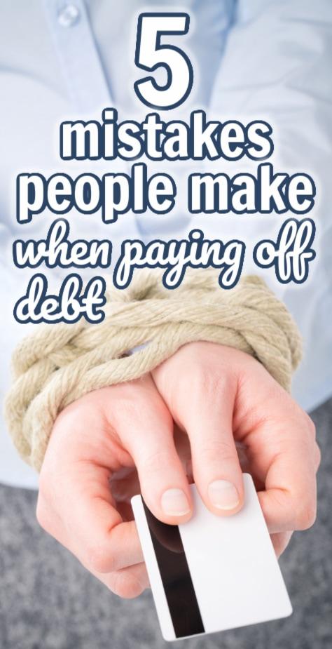 duas mãos segurando um cartão de crédito amarrado com corda (com sobreposição de texto).
