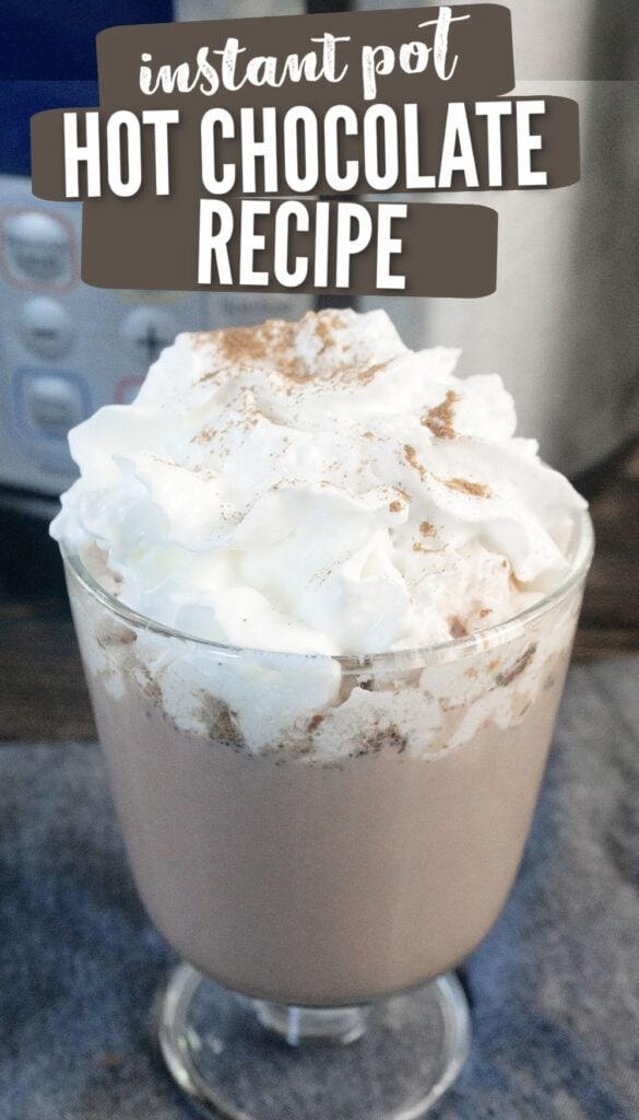 chocolate quente com chantilly e noz-moscada por cima em um copo na frente de um Instant Pot (com texto sobreposto).